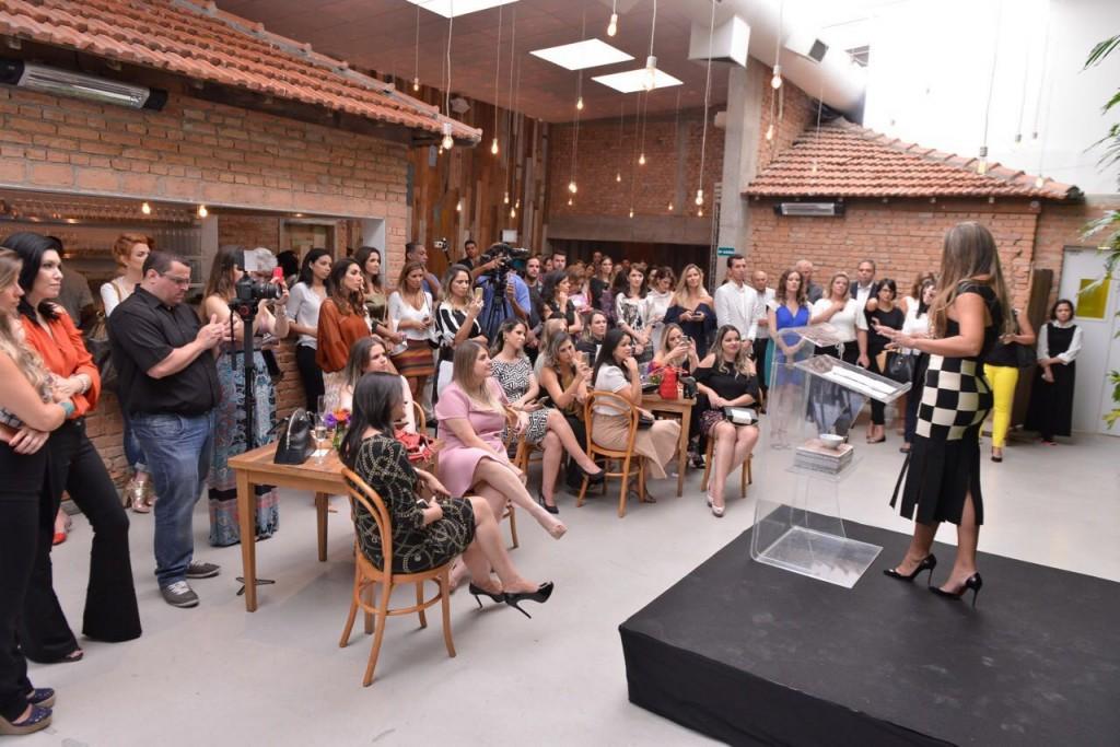 Alessandra Olivastro, cofounder da OliOli contando detalhes da plataforma.