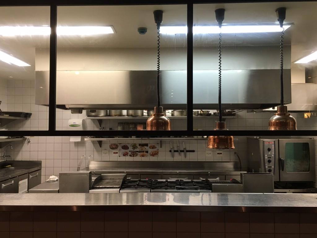 Detalhe da Cozinha aberta para o salão e balcão onde ficam expostos os pratos