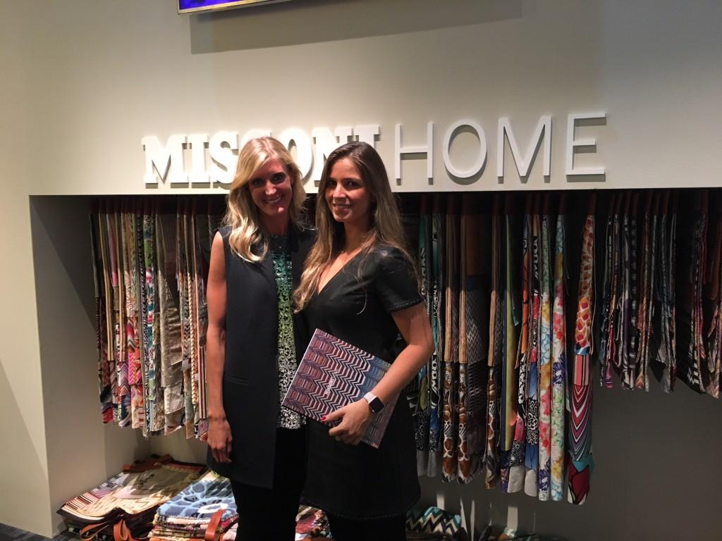 Stephanie Tulien, diretora de vendas Missoni Home e eu no estande da marca no iSaloni.