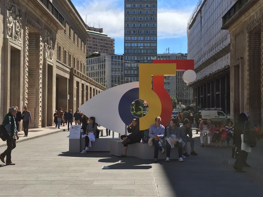 Milão e seus totens comemorativos pelos 55 anos do Salone del Mobile