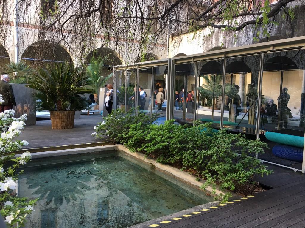 Pátio interno do showroom de Paola Lenti em Milão! Lugar que transmite paz.