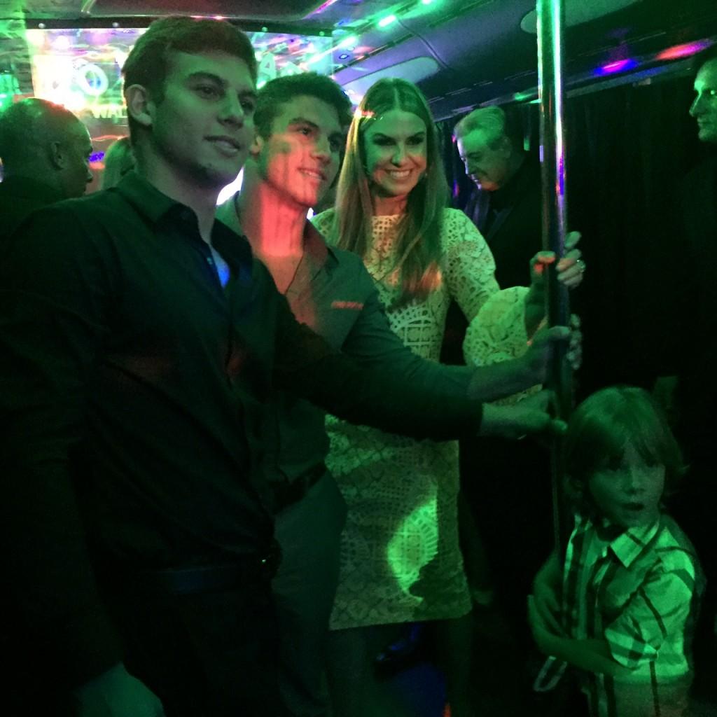 Laís Bacchi com os filhos gêmeos, Bruno e Pietro no Party Bus, a caminho da Artefacto B&C