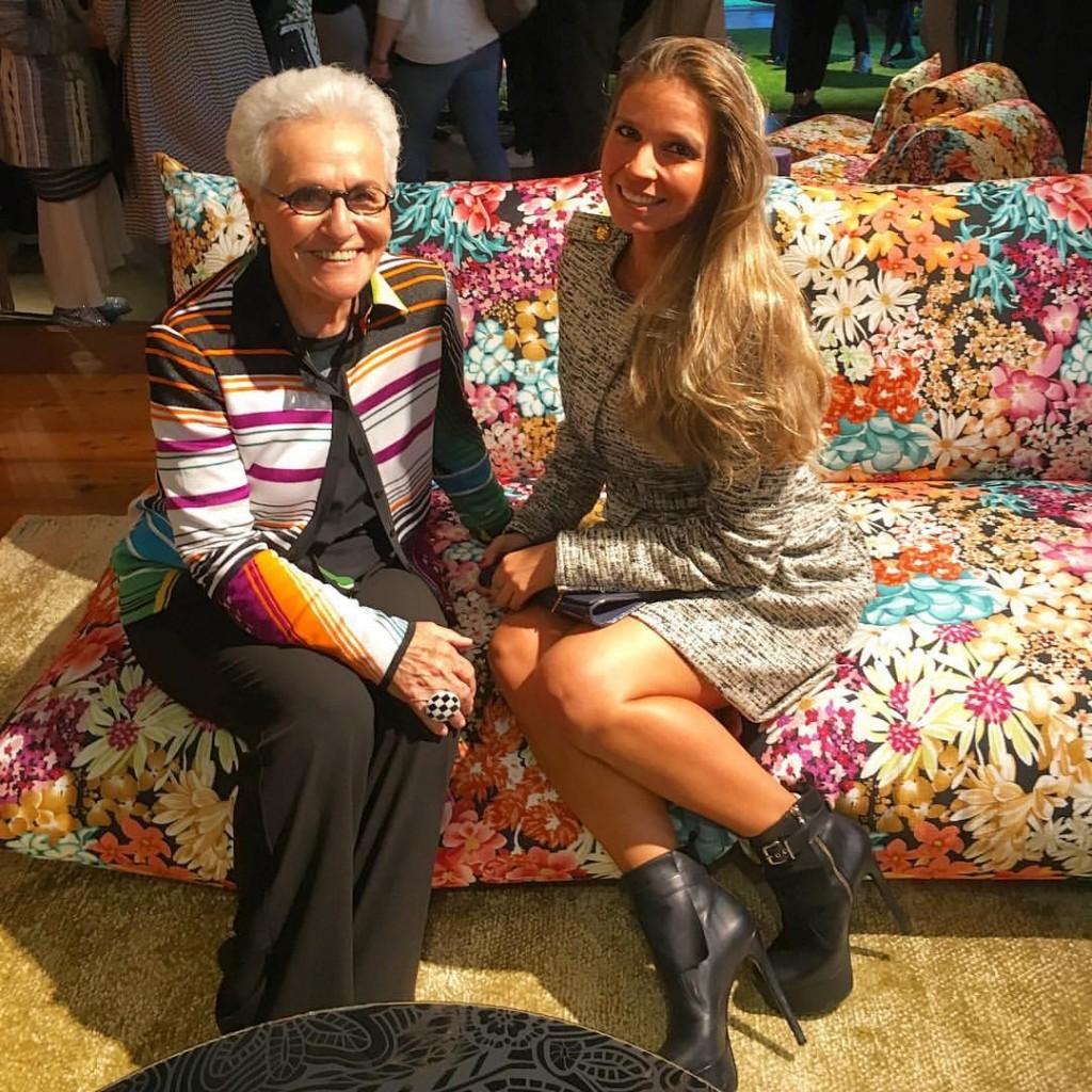 Eu e Rosita Missoni, que fundou a marca em 1953 com o marido e uma curiosidade: o zigzag foi uma solução de costura de uma máquina antiga e que caiu no gosto dos compradores da Missoni e Missoni Home!
