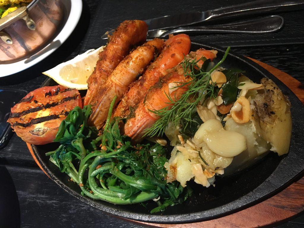 O camarão a la prancha causou inveja aos vizinhos de mesa.