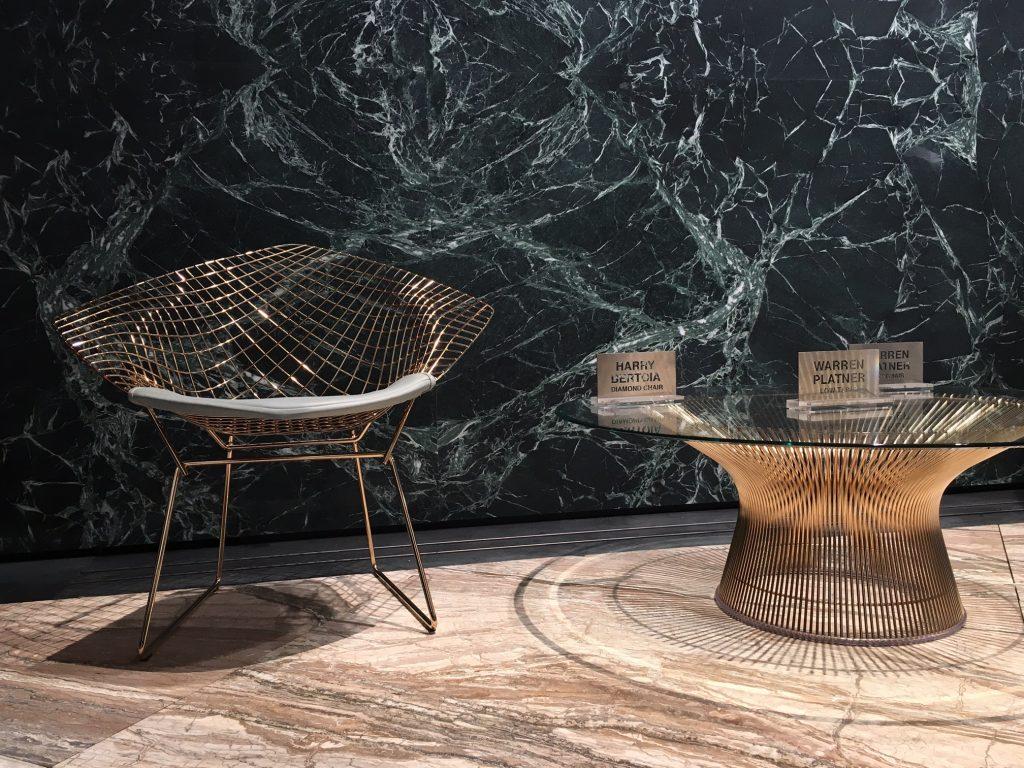 Design de Harry Bertoia agora com banho dourado. Os metais e pedras são revestimentos que enriquecem os ambientes.