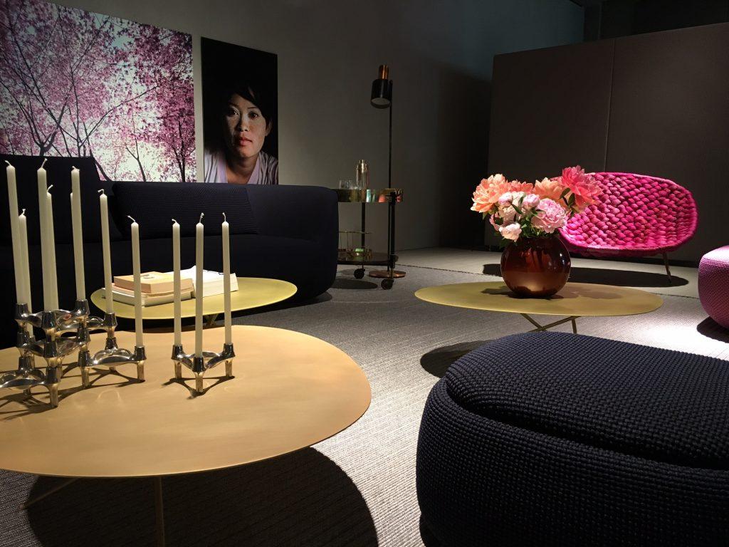 Formas orgânicas e metais em dourado fosco por toda a parte. Aqui, no fuorisalone da designer Paola Lenti.