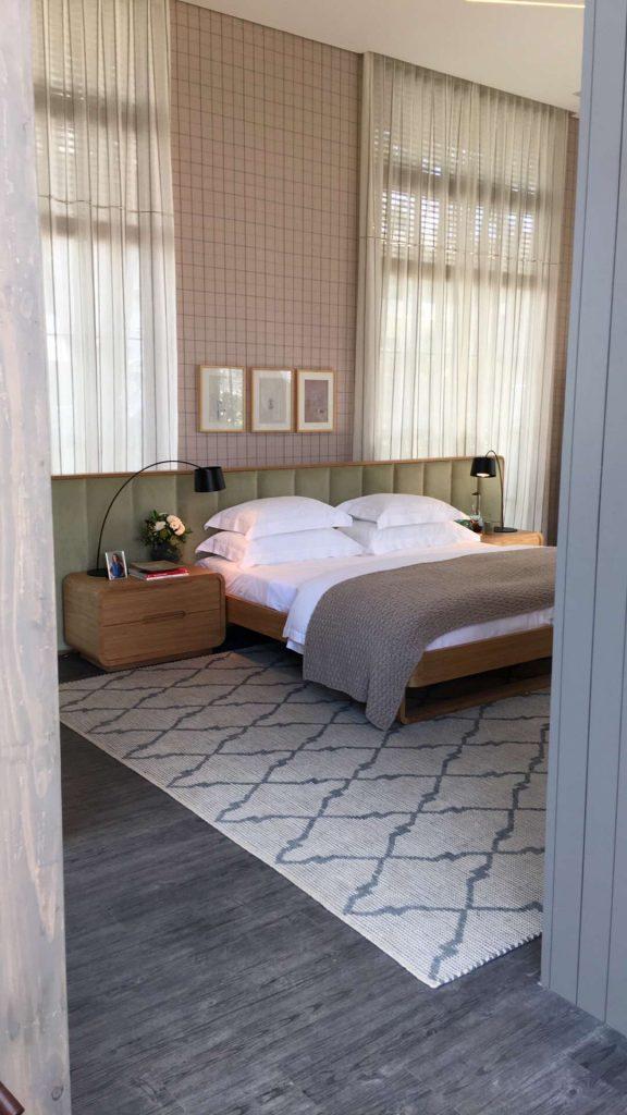 Quarto no Espaço Deca, com tons pastel da coleção Lisboa da Entreposto. A aplicação de tecido, assim como papel de parede, muda o ambiente com rapidez! E os tapetes também são essenciais para dar ambiencia à cama.