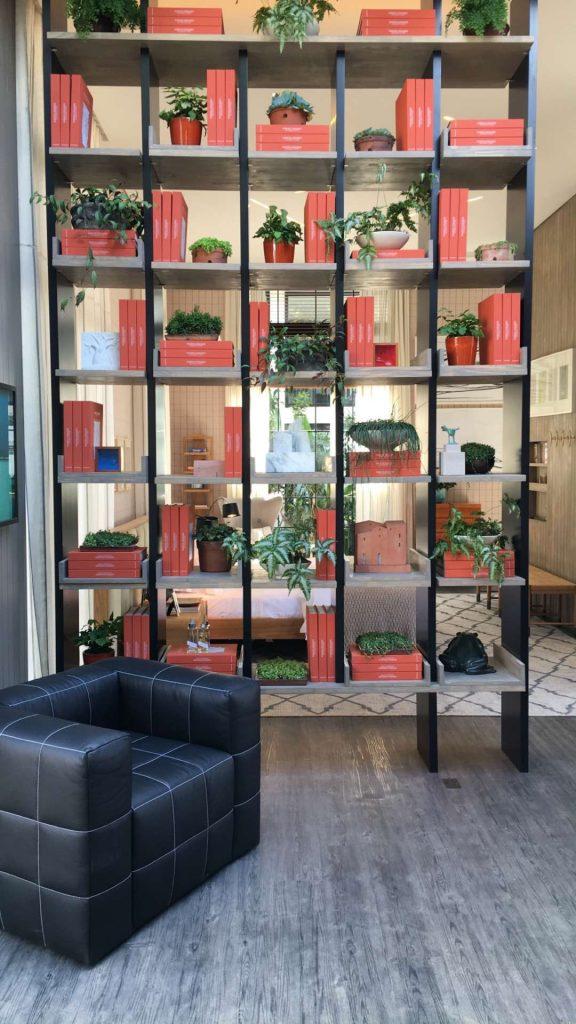 Apaixonada por esta divisória vazada que mescla livros e vegetação no Espaço Deca por Marina Linhares.