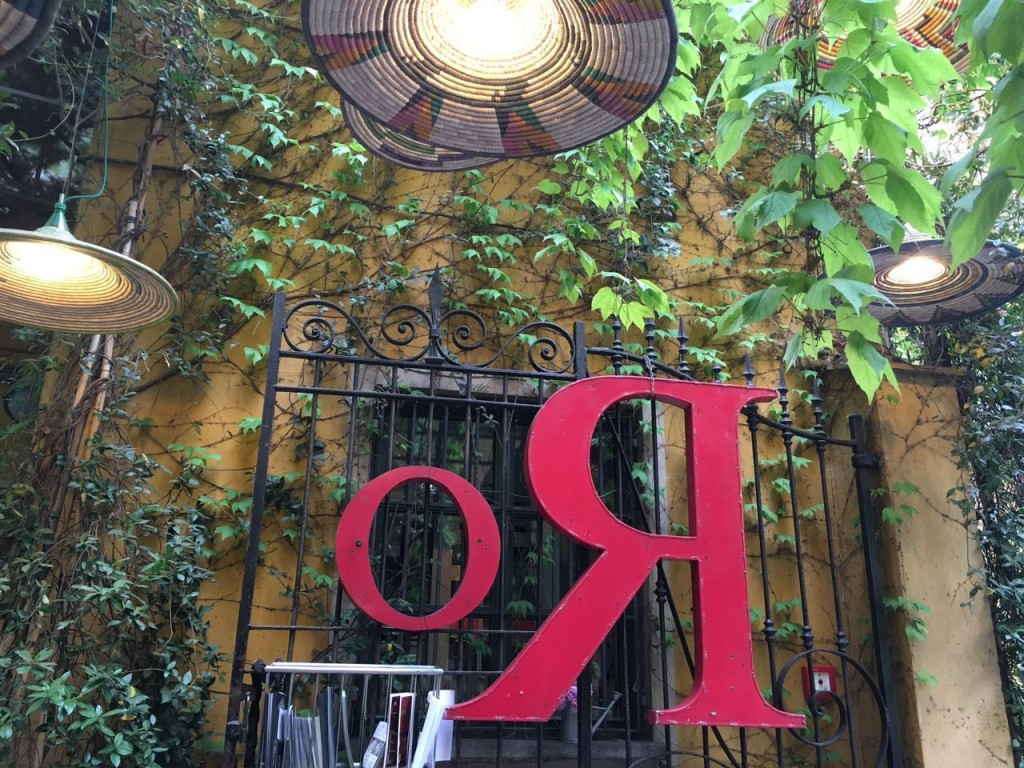 Portão em ferro na entrada do Spazio Rossana Orlandi
