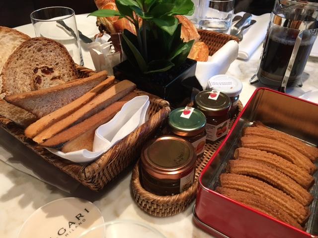 Delicia de café da manhã com Ale, Duda e Marcos no Bulgari Hotel de Milão.