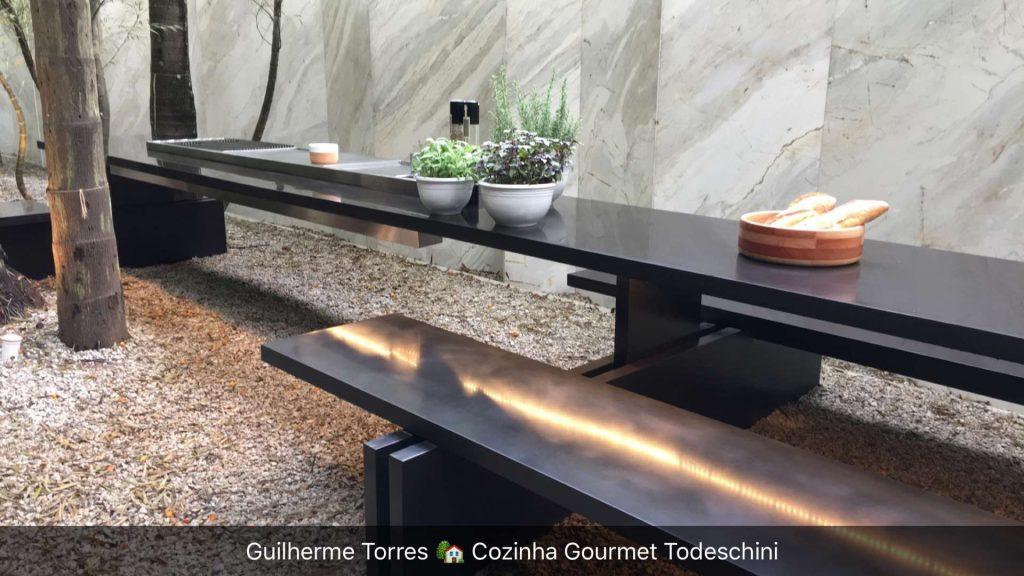 Área externa da cozinha de Guilherme Torres. Simples e bonito.
