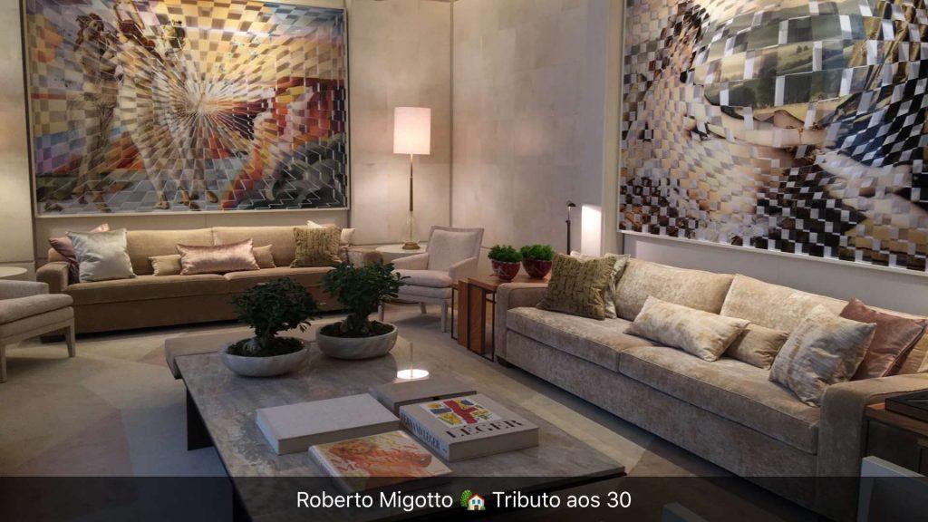 Ambiente sofisticado e vintage de Roberto Migotto que usou peças de Salvador Dalí em dourado brilhante e fosco, que se destacam no ambiente basicamente nude.