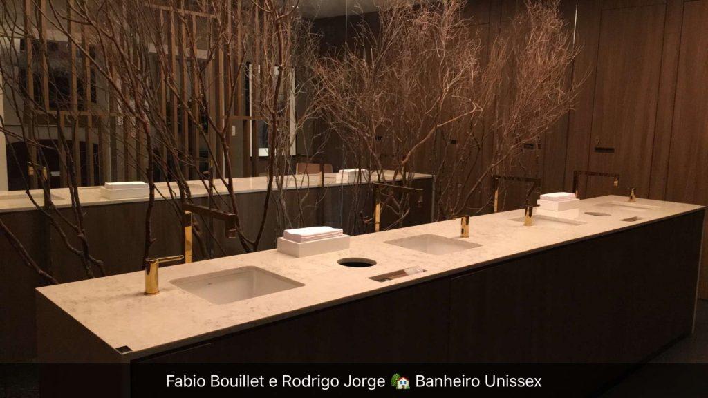 Lindo o banheiro unissex que cria um ambiente misterioso propício ao banheiro unissex.