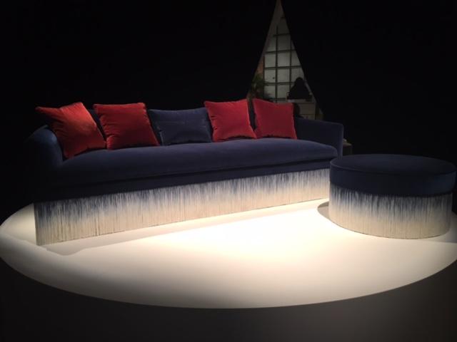 Esse sofá é tudo de bom! Em veludo, com a barra fluida, e nas cores do momento: azul e vermelho.