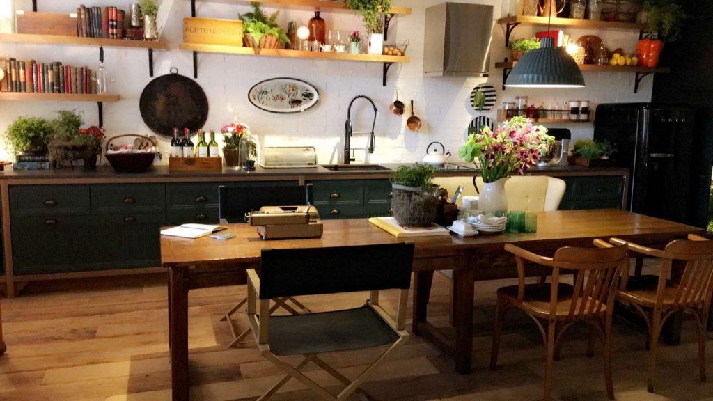 Detalhe da cozinha característica dos campos, em madeira rústica e muito espaço em volta.