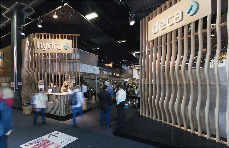 Com 460 m², o estande da Deca na Expo Revestir misturou texturas, formas e luzes. Usando truques de cenografia, usou marcações no piso em cor escura exatamente como as plantas produzidas em AutoCad.