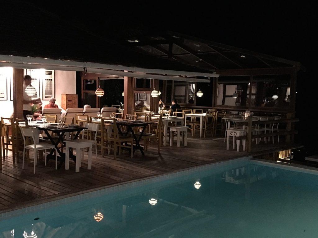 As mesas em volta da piscina - clima da Bahia