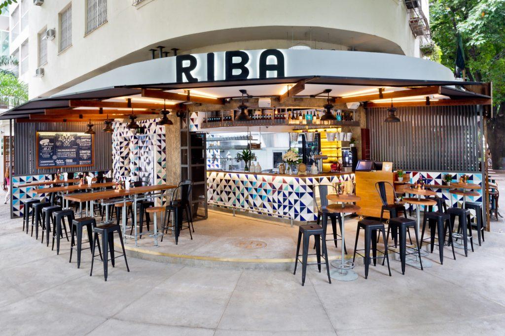 Fachada do Riba Botecagem, com projeto do Super Limão e decoração criativa.